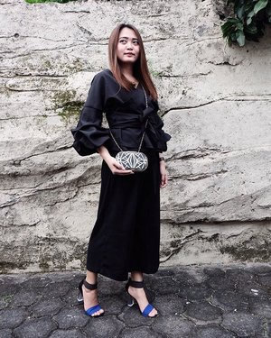 The detail of today's outfit : all black ☝🏿 Top by @atsthelabel  Kulot by @zara  Clutch by @aldo_shoes  Shoes by @charleskeithofficial  #vsco #vscocam #ootd #ootdindo #ootdasean #lookbook #lookbookindonesia #clozetteID