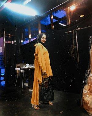 Anyway, ini numpang foto di backstage fashion show 🤣 yaudah sekali2 foto dengan sinar lampu ya ahahahaa oiya kenapa ya beberapa tahun belakangan suka banget sama yellow mustard 🤪 sering gagal move on sama warna ini akutu ..... #ootdhijab #ootd #hijabfashion #clozetteid