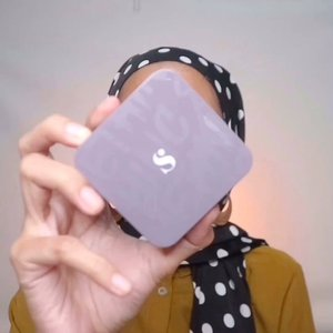 "tadinya mau kasih judul ""Makeup buat Concall"" tapi kok hebrina betul ya, concall pun kalo sinyalnya elek ya kebentuk pun muka alhamdulilah wkwkw.Di video ini pakai produk @somethincofficial breathable cushion - charlotte @catrice.cosmetics concelear - 020@eminacosmetics bright stuff loose powder@avionebeauty blush - buttercup@o.two.o.media highlighter@thebodyshopindo eyeshadow@dissy.id eyeliner pen@odessacosmetics - 710 psst, kalo ada yang mau review untuk produk yang aku pake, feel free buat komen yah🤗#indobeautygram #tampilcantik #ragamkecantikan #makeuptutorial #tutorialmakeup #makeuptutorial #bunnyneedsmakeup #channelbeautyindonesia #indobeautyblogger #inspirasicantikmu #beautybloggerindonesia #makeup #naturalmakeup #ootdmagazine #makeupnatural #makeuphijab #cchannel #cchannelbeautyid #cantikindonesia #clozetteid"