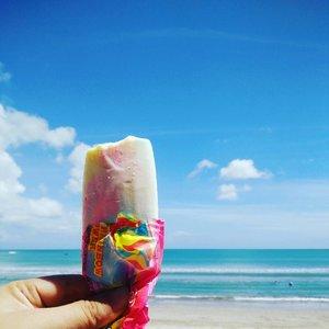 Ice cream, beach and sea ... What a perfect combo 💋🌊 #bounchesummerescape #bouncheid #vitaminsea #beach #kutabeach #kutabali #clozetteid #lifeofablogger #travelinstyle #stylediary #andiyanipics