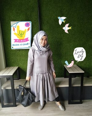 Fashion is what you buy, Style is what you do with it. 💋 Midi dress by @gierly_bygie Bags by @headtotoe.id #ootd #fashionpeople #stylediary #clozetteid #clozettehijab #andiyanipics #hijabstylebyme #lifestyleblogger #bloggerstyles