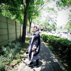 Kangen jalanan kenangan ini, kangen beli kopi di @familymartid tamres trus ngobrol sama mba2nya di sana + selfie or boomerang di kaca samping rak makanan or produk2 lainnya yang di jual 😆  #clozetteid #ootdhijab #tbt #andiyaniachmad #lifestyleblogger #hijabstyle #monochromefashion #hijabfashion #saturdaymood