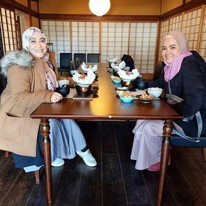Traveling bareng @olanatics bikin aku jadi makin doyan makan, apalagi makanan dengan menu daging sapi dan seafood 😅 cukup 5 hari barengan Ola di Jepang udah sukses bikin aku menghargai makanan, dan berani nyobain menu makanan baru di negara orang 😍😎Wah mesti liat sih ekspresi si Bundo ini pas makan, dijamin bikin nafsu makan bertambah 😆🥰😘 btw ini siapa yang foto ya? Lupa akutuh 😁#wheninjapan #jntoid2020 #naganoprefecture #ClozetteID #sahabattaat #temanhijrah