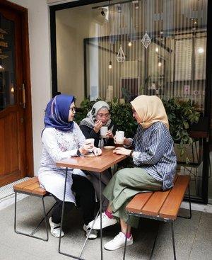 Antara aku, @ellynurul & @akuchichie kira-kira ada apa ya? Hmm.. Soon kolaborasi dari kita bertiga buat makeup & skincare addict �💃💞 Bisa nebak gak ada apa? �  #clozetteid #lifestyleblogger #bloggerstyle #bloggercollab #fridaymood #hijabi #mommyblogger #productivemom #stylediary #coffee☕ #friendship