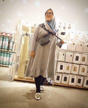 Please ignore backgroundnya ya beb 😂 #ootd kali ini didukung oleh lampu yang bersinar terang di Miniso 😁 baju yang w pake sebenernya mah panjangnya sedengkul, tapi berhubung yang make bongsai begini jadilah midi dress beb 😅 harap maklum ya 😆#clozetteid #thursdaymood #lifestyleblogger #hijabstyle #outfitinspiration #wiw #andiyaniachmad #fashionable #tapfordetails