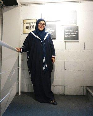 "Lebaran outfit day #1 by @thehijrahstory abaya + shawl yang super love banget sama modelnya, cutting-annya, bahannya yang adem pisan 💞 cocok lah buat eike yang lagi masih basic belajar pakai hijab syar'i. Pelan-pelan ya 🙏 biar enggak ""kaget"" dan mohon doanya agar istiqomah 😊🤗 #clozetteid #thehijrahstory #ootdindo #ootd #wiwt #iedoutfit #iedmubarak1439h #idulfitri1439h #hijabfashion #yukhijrah #andiyaniachmad #socialmediaqueen"