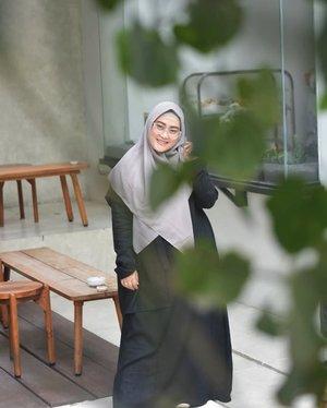 Kebayang dong gimana effort luarbiasa sang photographer buat hasil begini, colek @lisna_dwi 😁 #clozetteid #styleblogger #lisnamotret #modestfashionblogger