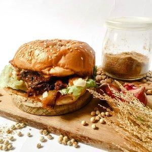 Assalammualaikum, gimana puasanya kak? Ada BM pengen buka puasa makan burger gak? Cobain deh burger dari @biggies_bbq yang dari tampilannya aja udah bikin ngeces banget. Daging brisketnya pun so lembut di dalam, dan so renyah di luar. Juara sih daging brisketnya beb 🥰💕 Kamu harus banget icip buat buka puasa hari ini 😉  #biggiesbbq #smokedbrisketjakarta #burger #foodporn #food #jajanankekinian #kulinerjakarta #foodstagram #andiyaniachmad #clozetteid #foodie #foodiesofinstagram #burgerporn #instafood #foodism #burgersofinstagram
