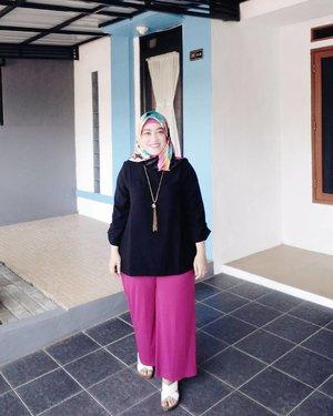 #eidoutfit day #3 balik lagi ke celana kulot dan atasan yang loose kamuflase perut buncit yang aduhai seksih ✌😅 btw, sesekali pake kulot warna shocking pink macem gini nyatanya bisa bikin mood makin oke lho. Ciyus deh 😍#clozetteid #outfitlebaran #eidoutfit #eidmubarak2017 #idulfitri1438h #hijabstyle #hijabi #hijabfashion #styleblogger #socialmediamom #outfitoftheday #ootd #mysignaturestyle #mystyle