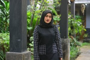 ter sister @lisna_dwi kapan sih kamu megang-megang kamera lagi? kangen nih w hahahhaa, #pertemananadamaunya #maunyadipotoinmuluk Tops by @rjbyroswitha #lisnamotret #clozetteid #monochrome #rjladies #style #hijab #fashion #noedit #nofilter #mentahannyaajanihlangsungdipost #stylediary #andiyaniachmad #lifestyleblogger #mondaymood