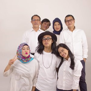 Meski posisi gak simetris, miring sana sini, this is my family. Regardless our differences, we will always be a family 💞 stick by blood, no matter what 😉  #clozetteid #andiyaniachmad #fridaymood #familyphotography