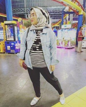 Sesungguhnya foto ini diambil sesaat sebelum Bunda top up kartu permainannya #darelladhibrata di Trans Mart. Mumpung #instagramhusband lagi mauan dimintain poto kan ye 😅#tapfordetails #clozetteid #hijabstreetstyle #ootd #ootdfashion #hijabootdindo #hijabstyle #stylediary #styleblogger #socialmediaqueen #andiyaniachmad #lifestyleblogger #stylediary #hijabfashion #wiwt #casualstyle #jacketjeans #pleatspants