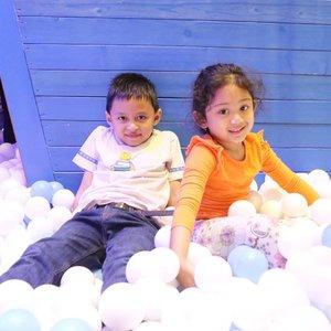 Akhirnya kesampean #playdate sama #nayandraalishalatief di @fanpekka_id 💞🙌� susah banget fotoin mereka berdua dalam keadaan kalem, senyum manis, & bergaya 😅 ngelengos dikit udah ngilang 😂 fix abis ini gempor ye kite @lisna_dwi 😆  #clozetteid #darelladhibrata #kidsofinstagram #kidsplay #kiddos #happytime #playground #saturdayvibes #weekendvibes