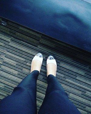 Waiting.  #pleatspants by @fixpose  #clozetteid