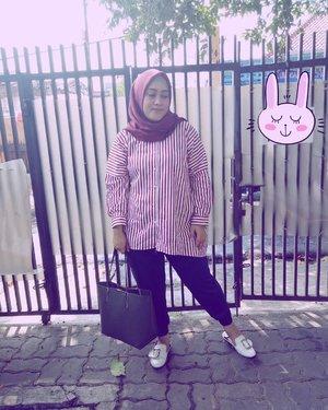 Pake baju warna merah biar seger aja sih 😁 daily stripped top by @iymelsayshijab.id & shawlnya dari @ra_info 💞 Selamat hari Rabu, alhamdulillah udah mendingan mengarah ke sembuh. Semoga harimu gak sendu yaaa (biar rhyming aja sih 😁 trus malah gagal 😅) #clozetteid#ootd #wiwt #wednesdaymood #yangbajumerahjangansampelolos #hijabinspiration #streetstyle #streetstylefashion #hijabstreetstyle #andiyaniachmad