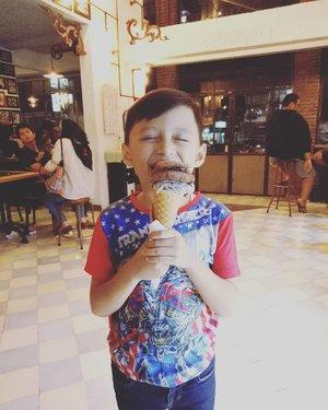 Look how he enjoying his @tempogelato @il.del.tempo.gelato so much! 🍦😍 #clozetteid #darelladhibrata #kidsfashion #kidsstylezz #kidsofinstagram #socialmediamom #tempogelatojogja #instafood #bridestoryxraisahamish #BAE