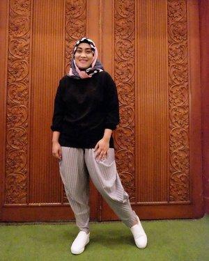 Can't get enough of #ootd pose? 😎 📷 @lisna_dwi  #clozetteid #lisnamotret #terfujilahlisna #ootd #hijabstyle #hijabfashion #stylediary #stealmystyle #pleatspants #hijabootdindo #fashionpeople