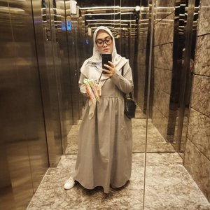 #tgirlselfie udah wiken lagi... Yeay! 💕 Dress by @iymelsayshijab.id shawl by @ra_info sling bag @misschy_shoes#oppof11pro #clozetteid #ootd #fridayvibes #mood #mirrorselfie #hijabblogger #lifestyleblogger #andiyaniachmad #modestfashion