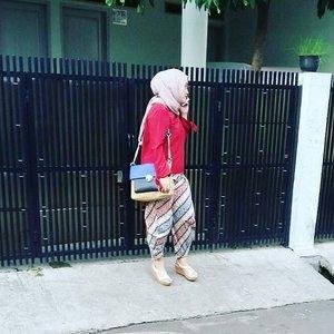 Paparazzi attack! 😂✌ Captured by husband 😘 •••#instagramhusband #stylediary #clozettehijab #clozetteid #hijabstyle #hijabfashion #ootd #lifeofablogger #lifestyleblogger #hijabootdindo #batikindonesia