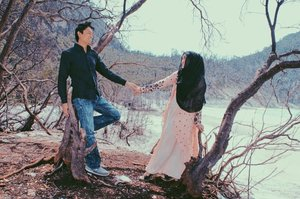 Berhubung #preweddingphoto hamba dilakukan sebelum berhijab, terpampanglah semua aurat itu kaj yaa 😁 alhasil, kami pun tanpa sengaja melakukan #preweddingphotoshoot 3 tahun setelah pernikahan 🙈 iya, ini foto udah mayan lawas beb, tahun #2013 loh 😅Gimana, kerasa gak keromantisan emak bapaknya #darelladhibrata di poto inih? 🤪#clozetteid #andiyaniachmad #hijabprewedding #preweddinginspiration