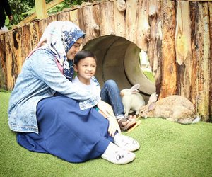 Selain bisa menikmati bunga anggrek yang cantik-cantik dan banyaknya spot kece instagramable. Di @orchidforestcikole ada Rabbit Forest yang isinya kelinci-kelinci gemaayyy + semok 😍 #darelladhibrata jadi betah deh main di sana.  #orchidforestlembang #liburandiBandung #liburansekolah #bandungjuara #explorebandung #clozetteid #momandsondate #ootdmomandkids #motherhood #love