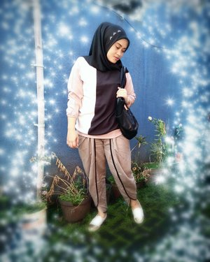 Today's mood (ignore the background please ✌😁) Shawl by @vaastu.id 💋Tops by @omahjilbab ❤Pants by @fixpose 👍Slip on by @dncshoes_bdg 😍Tote bag by @headtotoe.id 😘#ootd #clozettehijab #clozetteid #hijabfashion #khakistyles #bloggerstyle #stylediary #andiyanipics #hijabinspiration