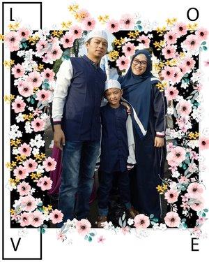 Kami sekeluarga mengucapkan Selamat Idul Fitri 1439 HTAQABBALLAHU MINNA WAMINKUM TAQABBAL YAA KARIM. BARAKALLAHU FIKUMSemoga kita masih dipertemukan dengan bulan suci Ramadan tahun yang akan datang. Aamiiin Yaa Rabbal Alamin 🙏 Andiyani Achmad &  KeluargaBaju koko, Shawl & Abaya by @thehijrahstory 😘💞 foto yang proper ya menyusul ya ukhti @nasoraya 😁💋 #idulfitri1439h #idulfitri #clozetteid #iedmubarak #minalaidinwalfaidzin #familyportrait #thehijrahstory