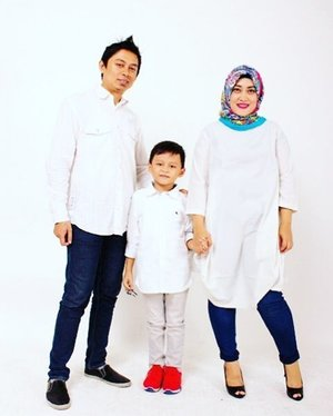 Happy New Year!!! 🎆🎉🎆🎉🎆🎉🎆 May this New Year brings you a peace filled life, warmth and togetherness in your family and much prosperity! 😘😘😘 • • • • • • •  #clozetteid #familyportrait #familyphotography #newyear #newyear2017 #lifestyleblogger #mommyandmefashion #socialmediamom