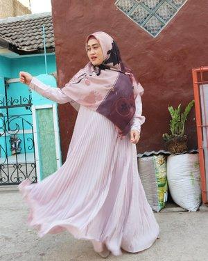 Sesungguhnya, buat mendapatkan foto swing-swing games ala selebgram hijabers itu butuh usaha luarbiasa & kesabaran ekstra. Apalagi kalo yang motoin suami sendiri. Beuuh, kalo gak sabar-sabar mah...bhay! Bisa makan ati dan hasilnya zonk lah 😅🤣 Btw aku udah niat banget abis gajian ini mau beli pleated dress Bella Luna warna dusty purple atau dusty pink (ada gak sih warna ini 😁) Kalo udah suka sama model baju tertentu, apalagi pleats, kubisa punya beberapa pcs. Yeah, aku emang se freak ituh 😂 apalagi kalo bahannya nyaman kayak cerita-cerita roman picisan. Duh makin cinta deh sama itu dress 😜Sekian curhatan gak penting dan jauh dari berfaedah 🤭#clozetteid #andiyaniachmad #hijabstyle #fashiongram #fashiondaily #modestfashionblogger #styleblogger #stylediary #ootdhijabindonesia #bts