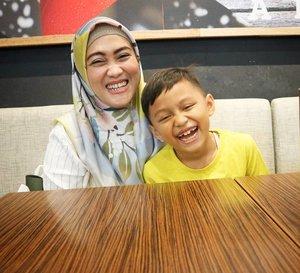 Katanya ketawa kita berdua mirip. Ya atau enggak? 😁 #clozetteid #momandson #kidsofinstagram #kidstyle #darelladhibrata #sundayvibes #kesayanganbunda #andiyaniachmad #sianakbujang #selalubersyukur #happyus