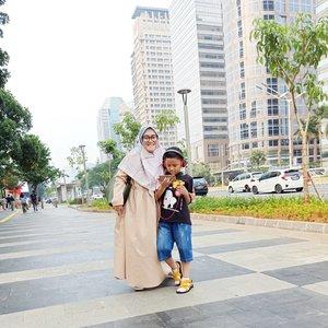 Susah beut ngajakin #darelladhibrata foto #ootd, mumpung sepi inih pedistrian walk di Sudirman. Cakep ya beb kalo Jakarta sepi begini. Sayang pas liburan lebaran nanti gak bisa nikmatin 💃🏻💕 #clozetteid #momblogger #momandson #kidsofinstagram #kidstyle #Jakartamenjelanglebaran