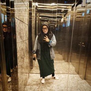 Hiburan w kalo di kantor, lift kosong yang kacanya jernih 😅 berasa adrenalin kepancing soalnya gak tau pan di lantai berapa itu lift berhenti & ada penghuni baru 🤣 jadi cepet-cepetan buat #mirrorselfie seoptimal mungkin 😂 sian ye, freak nih lama-lama w. Segitunya mau poto #ootd 😝 #tapfordetails #clozetteid #andiyaniachmad #dailyhijabootd