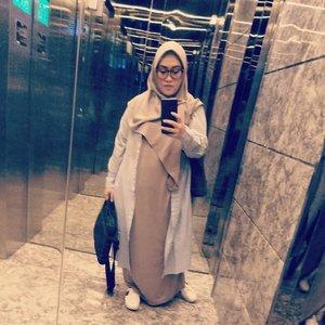 Kerempongan hari ini yang hakiki 😝 pagi-pagi tawaf lantai dasar-lantai 13-lantai 16-lantai dasar-balik lagi lantai 13 😅 mayan ya beb. #clozetteid #stylediary #andiyaniachmad #trendhijabootd #ootd #mirrorselfie #stylediary #hijabstyle #stealmystyle