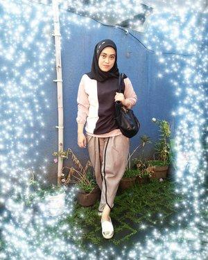 This photo was taken by my son #darelladhibrata ✌😁 mayanlah yaaa hasilnya 😍#stylediary #ootd #clozetteid #clozettehijab #andiyanipics #khakistyles #styleinspiration #hijabfashion #hijabstreet #streetstyle