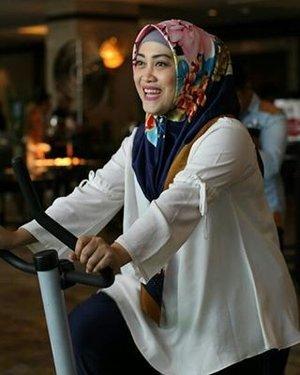 Buibu kegirangan udah lama nggak olah tubuh ✌😂💪 Captured perfectly by @miramiut 💋🙏 #clozetteid #lifeofablogger #LifestyleBlogger #mommyblogger #socialmediamom #happyfaces #happinessisfree #hijabstyle #hijabfashion