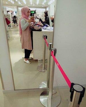 Confession of a shopaholic 😂✌💪 #stylediary #styleblogger #andiyanipics #socialmediaqueen #shoppingday #clozettehijab #clozetteid #mirrorselfie #takenbyoppo #oppor7lite
