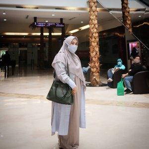Sejak #newnormal, mulai deh sibuk cari masker kain yang warna dan motifnya sesuai sama #ootd 😁 gak cuma mix n match baju, shawl, tas dan sepatu aja, masker kain juga kudu senada dan seirama layaknya belahan jiwa ye kan 😎😅Kalo kamu gimana bebs? #ClozetteID #sahabattaat #temanhijrah #tapfordetails