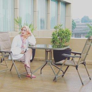 Mohon hiraukan sandal jepit warna pink 😎  #clozetteid #stylediary #andiyaniachmad #hijabstyle #canonm10 #instagramhusband #lifeofablogger #socialmediaqueen #lifestyleblogger #hijabi #saturday