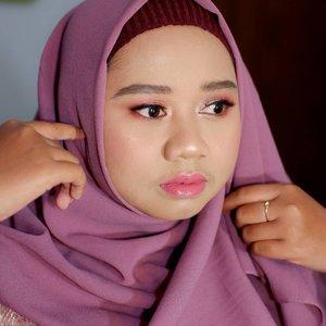 Minta klien buat pose itu susah2 gampang. Ini @lintang_setyo_kurniawati nggak pose. Mbenerin jilbab langsung jepret 🤣---Makeup and hijab do by Dek Mon. Portfolio lainnya bisa dilihat di @bymonicaagustami 💋---#muajogja #makeupartistjogja #makeupwisudajogja #clozetteid #makeupjogja #wisudajogja #periasjogja #beauty