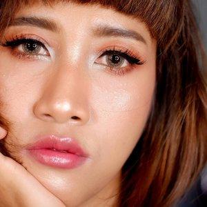 Sudah cipokable belum bibir Dek Mon? 🤣 --- Berhubung bibirku hitam (swipe aja buat tahu seberapa hitam bibirku), jadi cukup susah buat bikin bibir terlihat healthy juicy begini. --- 💋 Pakai concealer untuk menyamarkan garis bibir yang hitam. --- 💋 Pakai lipstick nude di bagian luar bibir, baurkan bagian luarnya sampai nggak ada garis pemisah antara lipstick dengan bibir. Harus hati2 banget biar nggak belepotan. --- 💋 Pakai lipstick merah di bagian tengah (pakai teknik ombre): luarannya pakai @makeoverid lip cream matte (011) sama @wardahbeauty Instaperfect lip cream (04) --- 💋 Pakai lipgloss yang ngasih efek juicy dan healthy. Aku pakai 2 lipgloss: @dearmebeauty Dear Crystal sama @catrice.cosmetics Prisma Lip Glaze (010) --- Ramuannya masih bisa berubah karena masih mau coba2 lagi. Kalau berubah aku share lagi 😘 --- #bloggerperempuan #clozetteid #makeup #beauty #makeupartistjogja #muajogja #jogjabloggirls #beautybloggerindonesia