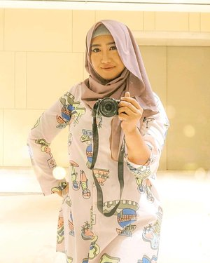 Mengenang kejayaan di masa lalu, di mana bentuk hijab kesayangan masih bisa mengerucut. Sekarang? Cek aja di 2 postingan sebelum ini. . . Njeber. 😂🤣 . Happy weekend everyone! Ada agenda apa hari ini? Kalo aku, ada arisan ibu-ibu PKK. 💁🏻♀️ . #ClozetteID #hijab #fashion #OOTD #HijabOOTD #happyweekend #selfportrait #portrait #mirrorselfie