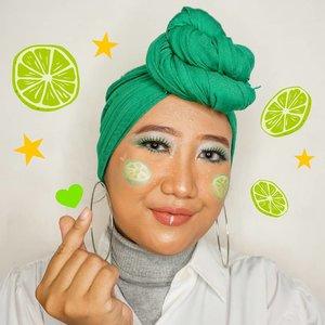 Sefruit inspiresyen bagi yang barangkali bosan jadi manusia, mau jadi buah-buahan aja. 🙆🏻♀️🍋 . Udah separo perjalanan untuk #MindysRainbowChallenge dengan #makeuplook hijau ini. Aslik ini pertama kalinya aku dandan pake warna ijo. Nyesel baru cobain sekarang karena warna ijo tuh cakeppppp. 😭 Pokoknya wishlist makeup berikutnya eyeshadow palette warna hijau (dan kuning)! . Btw ini aku pake eyeshadow-nya Wet n Wild, asli gak nyangka ternyata beneran bagus dan pigmented! Emang sih aku pernah nemu beberapa beauty blogger yang menyebutkan kalo eyeshadow Wet n Wild itu kece, cuma baru kesampean beli sekarang. 💁🏻♀️ . #ClozetteID #hijab #makeup #greenmakeuplook #GreenMakeup #artmakeup #wetnwild #indobeautygram #HildaIkkaDandan #tampilcantik