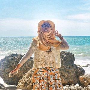 Kalo sama-sama panas (cuacanya), aku lebih pilih di pantai deh. Ditemenin suara debur ombak + hembusan angin kencang. Lah kalo di sini paling banter suara kipas, hawanya pun masih panas. 😂.Who's with me? 🙆🏻♀️.(Sebenernya hari ini suhunya dah rada mendingan, gak segila hari Senin. Tapi tetep kudu madep kipas supaya bisa bertahan 😂).#ClozetteID #DiaryTravelingHilda #Bali #TegalWangiBeach #SummerOutfit #HijaberOOTD #hijabOOTD
