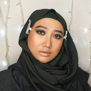 "🎵""Can't keep my hands to myself.."" 🎶.I've been adoring Selena Gomez's makeup look in her Hands to Myself clip video. Simple yet mesmerizing. The result is still far from the expectation, but hey, I love this!.#ClozetteID #makeup #hijab #DiaryBeautyHilda #HildaIkkaDandan #smokyeyes #motd #eotd #eyemakeuplooks #eyemakeupideas #smokedeyes #blackeyeshadow #hijabmakeup #selenagomez #selenagomezmakeup #beautygram"
