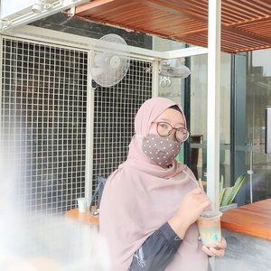 Aku dalam episode: survive tanpa pensil alis selama seminggu di Jakarta..Sengaja gak beli karena keinget pensil alis di rumah yang masih ada beberapa biji. 🤷🏻♀️.Oya sekalian pamer hijab pashmina tali, belinya di blogger Suroboyo tulen Mbak @yuniarinukti 👍🏻. #ClozetteID #newnormal #kopienak #weekendvibes