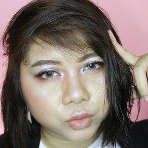 "🦄 Unicorn Makeup Look ....perhaps? 🦄 Not playing a rainbow colors like other, but illuminate highlighter is on point! It's looks like unicorn in glowing look, right? 😌  Sebenernya aku tuh gak terlalu ngikutin banget makeup trend yang ada disini. Karena makeup trend yang tiba-tiba muncul di Indonesia itu asalnya dari makeup barat, dan aku gak cocok dengan makeup tersebut. Aku suka jadi apa yang aku inginkan, terlebih lagi soal makeup. Jadi kalo semisal aku mau makeup, ya mood-mood-an aja, gak perlu nyesuain sama trend yang lagi ""in"". Tapi terkadang aku cukup tertarik dengan hair color trend karena suka banget gonta-ganti warna rambut. Ini termasuk makeup trend juga kah? 😳  But still, orange-peachy makeup adalah makeup trend yang aku suka banget sampai sekarang 🍑  Yuk ikutan bikin Unicorn Makeup Look ala kamu bareng @pondsindonesia dan @beautyjournal! @aidacht @oui.gg @pikaculs @eriznov @nadyaww_  #PondsGlitterGlowCompetition #BeautyJournalxPonds ______________________ #adelescence #beautycollabid #beautiesquad #bloggirlsid #cchannelid #openendorse #cchannelbeautyid #bloggerperempuan #freeendorse #beauty #beautyblogger #beautybloggerindonesia #summerbeautyhouse #beautyreview #simplemakeup #instamakeup #makeup #makeuptutorial #makeupjunkie #skincarejunkie #clozetteid"