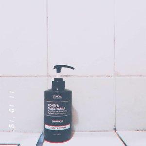 Waktu itu aku nyobain treatmentnya, sekarang coba shampoo dari @kundal.official 🌈Karena ku sukak banget wangi bayik, yaudah deh cobain shampoonya pake wangi bayi lagi. So far so good. Pas dipake, rambutku jadi halus dan lembut, dan tentunya wangi bayinya itu nyantol babget dirambutku 💆♀️ Oh untuk tekstur shampoonya itu cair tapi gak cair banget dan warnanya bening.Btw produk Kundal ini bisa dibeli di shopee yak, bisa cek juga IGnya @kundal.official 🌼#KUNDALhairandbodycare #KUNDALtreatment #adelkupasin