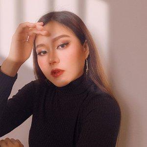 out of my comfort zone 🌌 ga mirip. ini bukan aku. who dis? . . . . . #makeup #makeupchallenge #foxy #foxymakeup #makeuptransformation #clozetteid #boldmakeup #photooftheday #goldenhour #dirumahaja #whodis