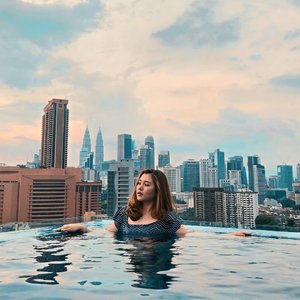 """You are never too old to set another goal or to dream a new dream.""🌤 . . . . . #kualalumpur #exploremalaysia #vielholiday #clozetteid #infinitypool #skyscrapers #twintowers #kltower #travelling #travelphotography #relax #photooftheday #love"