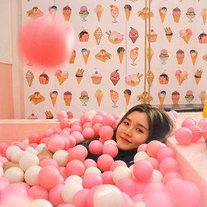 Adults are just outdated children🤦🏼♀️🙆🏼♀️🤷🏼♀️ Who doesn't love #bathball ? . . . . . #mandibola #bathball #kid #playground #pink #icecream #clozetteid #vielholiday #bandung #photooftheday #explorebandung #kidslife #yolo